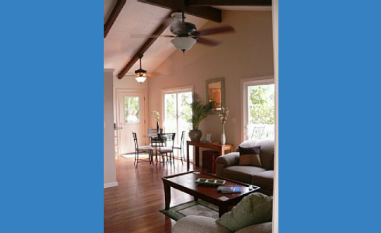 Living room of Hale Manu Mele Cottage Rental in Maui Meadows